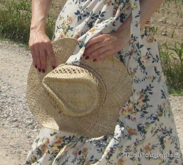 Plano detalle sombrero paja little