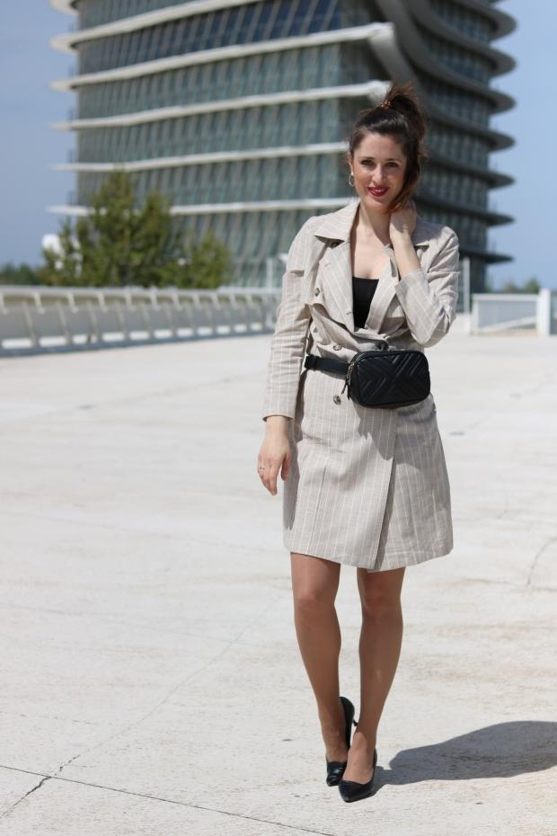 Look sofisticado con gabardina de lino y bermudas