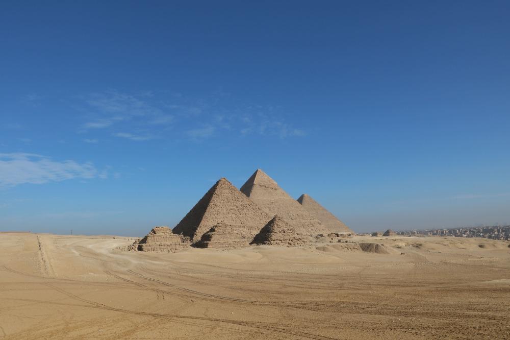 Panorámica de las tres pirámides de Guiza.